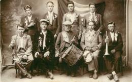 CARTE PHOTO  CONSCRITS ET UN HOMME AGE  LIEU NON IDENTIFIE - To Identify