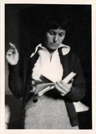 Photo Originale Lectrice En Pleine Lecture Debout, Un Livre Dans Une Main, Une Cigarette Dans L'autre 1960/70 - Pin-Ups