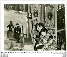 Célébrités. Photo Format 11cm X 8,5cm De Salvador Dali Avec Un Enfant Sur Les Genoux Regardant L'un De Ses Tableaux. - Célébrités