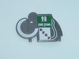 Pin's MAMMOUTH, ESSENCE 98 SANS PLOMB, D.F.R.P. - Carburants