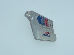Pin's BISON D HUILE IGOL, SYMBOL CERAMIC - Carburants