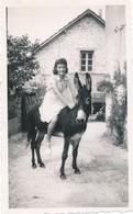 Snapshot Femme Sur Le Dos D'un âne Donkey Woman Maison Vintage Maison House - Personnes Anonymes