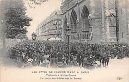 75004-PARIS-LES FÊTES DE JEANNE D'ARC A PARIS, TRIDUUM A NOTRE-DAME, LA FOULE DES FIDELES SUR LE PARVIS - Arrondissement: 04