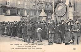 75004-PARIS-LES FÊTES DE JEANNE D'ARC A PARIS, TRIDUUM A NOTRE-DAME, LES FIDELES ATTENDANT LEUR TOUR D'ENTREE - Arrondissement: 04