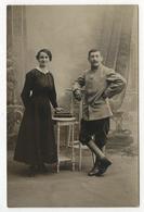 CARTE PHOTO ANCIENNE Couple Portrait Hornet Roanne Militaire Studio Livre Soldat Vers 1910 Décor Peint - Persone Anonimi