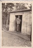 Foto Deutscher Soldat Vor Waldhütte - RAD - Ca. 1940 - 8*5,5cm  (48443) - Krieg, Militär