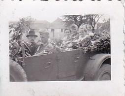 Foto Deutsche Soldaten Und Zivilisten In Geschmücktem PKW - Hochzeit - 2. WK - 3,5*2,5cm  (48445) - Krieg, Militär