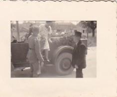 Foto Deutsche Soldaten Und Zivilisten Mit Geschmücktem PKW - Hochzeit - 2. WK - 3,5*2,5cm  (48446) - Krieg, Militär