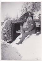 Foto Deutscher Soldat Vor Eingang Zu Unterstand - 2. WK - 9*6cm  (48447) - Krieg, Militär