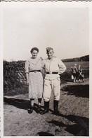Foto Deutscher Soldat Mit Frau Auf Feldweg - 2. WK - 8,5*5,5cm  (48450) - Krieg, Militär