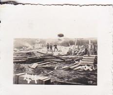Foto Deutsche Soldaten Auf Holzlagerplatz - Sägewerk (?) - 2. WK - 5*4cm  (48454) - Krieg, Militär