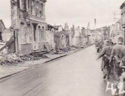 Foto Kolonne Deutsche Soldaten Bei Marsch Durch Zerstörte Stadt - 2. WK - 5,5*4cm  (48455) - Krieg, Militär