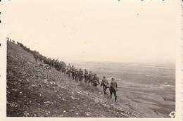 Foto Kolonne Deutsche Soldaten Bei Marsch über Die Berge - 2. WK - 8,5*5,5cm  (48456) - Krieg, Militär