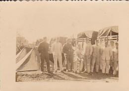 Foto Deutsche Soldaten In Zeltlager - Fuhrpark LKW - 2. WK - 8,5*5,5cm  (48458) - Krieg, Militär