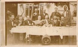 Carte Photo Ancienne Groupe De Buveurs De Bière Avec Un Musulman Qui Ne Boit Pas - Hotels & Restaurants