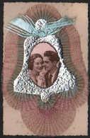 D 4116 - Fantaisie  Carte Brodée  Couple D'Amoureux Dans Une Cloche - Embroidered