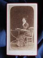 Photo CDV Anonyme - Femme écrivant, Table De Jardin Datée 1882 L289 - Foto's