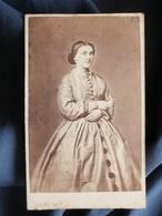 Photo CDV Kaiser Au Hâvre - Beau Portrait Femme  Robe à Crinoline, Second Empire Vers 1860 L289 - Photos