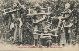 Bagnards En Inochine . Prisonniers à La Cangue Cherchant Leurs Poux . Lice . Torture . - Bagne & Bagnards