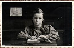 Carte Photo Originale Scolaire Jeune écolière à La Lecture à L'air Tout Triste Vers 1940 - Anonieme Personen