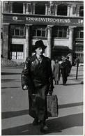 Carte Photo Originale Marcheur De Rue Imperméable De Cuir & Valise Devant Krankenversicherung Vers 1940 - Personnes Anonymes