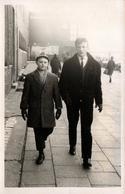 Photo Originale Marcheurs De Rue, Père Et Fils Sur Trottoir Vers 1960 - Personnes Anonymes