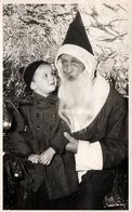 Carte Photo Originale Vrai-Faux Père Noël & Enfant Admistratif Sur Fond De Papier Aluminium En 1955 - Anonymous Persons