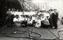 Insolite Carte Photo Originale Groupe De Femmes élégantes Sur Un Chantier De Métallurgie, Outils & Chantier Naval Ou Pas - Professions