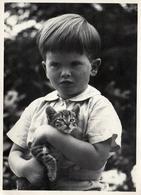 Carte Photo Originale Portrait D'un Jeune Garçon & De Son Chaton Dans Les Bras Vers 1960 - Chat, Minou. - Métiers