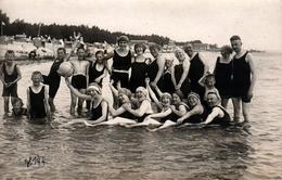 Carte Photo Originale Plage, Maillots De Bains Et Groupe De Baigneurs à La Queue Leu Leu Pour Bain De Mer 1900/10 - Personnes Anonymes
