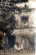 Carte Photo Originale Portrait De Famille Aux Fenêtres & Jardin D'un Petit Immeuble Vers 1900/10 - Personnes Anonymes