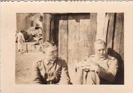 Foto 2 Deutsche Soldaten Bei Der Pause - Fuhrpark - Bulgarien - 2. WK - 8*5,5cm  (48461) - Krieg, Militär
