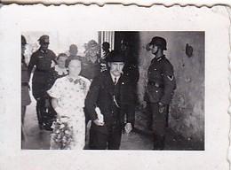 Foto Deutsche Soldaten Und Zivilisten Bei Hochzeit - 2. WK - 3,5*2,5cm  (48463) - Krieg, Militär