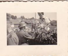 Foto Deutsche Soldaten Und Zivilisten Mit Geschmücktem PKW - Hochzeit - 2. WK - 3,5*2,5cm  (48466) - Krieg, Militär
