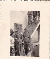 Foto Deutsche Soldaten Und Zivilisten Auf Hochzeit - Brautpaar - 2. WK - 3,5*2,5cm  (48467) - Krieg, Militär