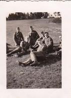 Foto Gruppe Deutsche Soldaten Bei Der Rast Im Grünen - 2. WK - 5,5*4cm  (48469) - Krieg, Militär