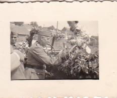 Foto Deutsche Soldaten Und Zivilisten Beim Schmücken Eines PKW - Hochzeit - 2. WK - 3,5*2,5cm  (48470) - Krieg, Militär