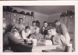 Foto Deutsche Soldaten Auf Der Stube - Brot Essen - 2. WK - 8*5cm  (48472) - Krieg, Militär