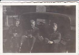 Foto 3 Deutsche Soldaten Auf PKW - 2. WK - 8,5*5,5cm  (48474) - Krieg, Militär