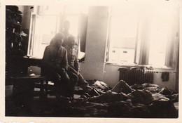 Foto Deutsche Soldaten In Der Unterkunft - 2. WK - 8,5*5,5cm  (48476) - Krieg, Militär