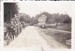 Foto Kolonne Deutsche Soldaten Auf Dem Marsch - Musik Kapelle - 2. WK - 8,5*5,5cm  (48477) - Krieg, Militär