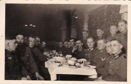Foto Deutsche Soldaten Bei Weihnachtsfeier - Weihnachten - 2. WK - 8*5cm  (48478) - Krieg, Militär