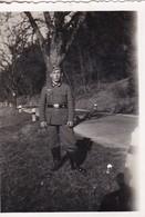 Foto Deutscher Soldat An Landstraße - 2. WK - 8*5,5cm  (48479) - Krieg, Militär