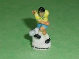 Fèves / Sports : Foot ,N° 5 Demi Defensif 1998  ( 38 Mm  )   T14 - Deportes