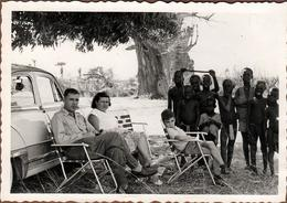 Photo Originale Famille Sénégauloise & Sa Panhard Au Pied D'un Baobab Au Sénégal & Enfants Locaux En Brousse Vers 1960 - Pin-up