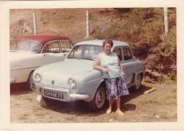 Vieille Photo Voiture Renault Dauphine Avec Dame Et Simca - Cars