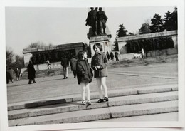 №49  Photography Of  Girls In Front Of The Red Army Monument In Sofia - 1960's, Old FOTO PHOTO - Places