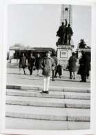 №49  Photography Of  Girl In Front Of The Red Army Monument In Sofia - 1960's, Old FOTO PHOTO - Places