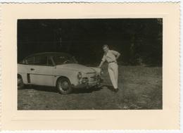 Automobile Avec Son Propriétaire, Posant Appuyé Sur Sa Voiture Peut être (Renault Alpine Jean Rédélé ?) . C 1955 FG0234 - Automobiles