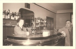 Dépt 56 - PONT-SCORFF - Photographie Ancienne (vers 1945) - INTÉRIEUR D'UN CAFÉ - Photo 9,1 X 14,2 Cm - Pont Scorff